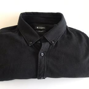 Lækker skjorte fra Tiger Of Sweden  Str 42 Ekstra Slim Fit.  God men brugt stand.  Nypris 1.000,00 Kr.
