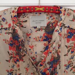 Fin skjorte med blomster og påfugle. Kun brugt 2 gange.