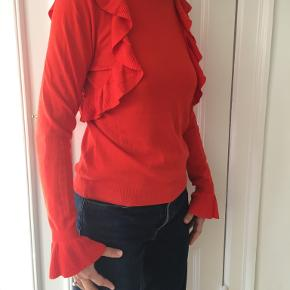 Virkelig lækker orange bluse med frynser fra Envii sælges. Aldrig brugt.  Kan afhentes på Frederiksberg ellers betaler køber for porto og evt. TS-gebyr.