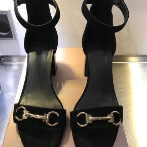 Varetype: Sandaler Farve: Sort  Brugt en gang...  Bytter ikke...