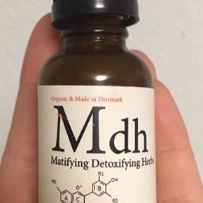 RAZspa MDH. Matifying Detoxifying Herbs Serum er baseret på kraftfulde urter, der nedsætter sebumproduktionen i talgkirtlerne og hæmmer inflammation. Den er til fedtet eller aknehud. Den kan bruges til alle hudtyper mod stoppedeporer, bumser og uren hud. Læs mere på nettet om info. Jeg har mere end halvdelen tilbage og jeg har ikke rørt ved pipetten, så produktet er ikke blevet forurenet af bakterier.  Jeg har bare ikke brug for det længere.   Kan sendes på købers regning eller hentes i Allerød/Kbh