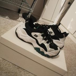 Sælger disse vildt fede skechers da jeg desværre ikke bruger dem mere :)  De er brugte og det kan godt ses, så skriv endelig for flere billeder!  Se min shop for andet vintage tøj så som nike Adidas Thrasher Levis champion og stussy