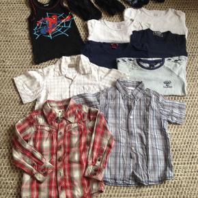 Samlet pris kun 135 kr:  1) Spiderman, undertrøje, gmb  2-3) Cars, 2 par sorte sokker, gmb++  4-5) Melton, 2 par stribede sokker, gmb+  6) Hummel, lyseblå l/æ med marineblå vinkler. 1 lille plet. Gmb-.  7) 1 rød/natur-ternet skjorte, gmb++  8) 1 blåternet k/æ skjorte, gmb+  9) 1 hvid skjorte med røde/blå tern, gmb-  Sælges kun samlet.  (De 4 ensfarvede bluser (blå+hvid) er solgt og prisen sat tilsvarende ned).  Drengepakke str. 110 - 135 kr. for 9 dele. Sælges ikke enkeltvis. Farve: Forskellige Oprindelig købspris: 725 kr.
