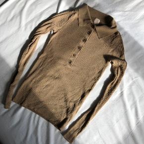 Polo skjorte fra H&M, kun brugt få gange men der er et små hul ved armen (se sidste billede).   ———————————————————————