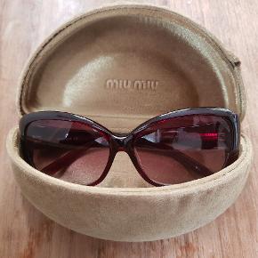 """Smukke bordeaux Miu Miu solbriller i original """"velvet banana case"""", købt i Tokyo i 2009. Boksen bærer lidt slidmærker fra at ligge i tasken. Har brugt solbrillerne, men ikke overdrevet meget. De står fine og blanke uden umiddelbare ridser."""