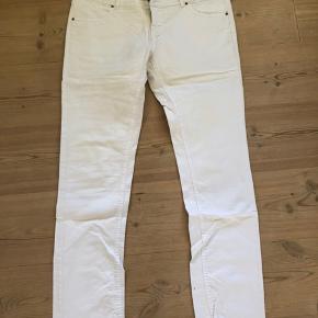 Hvide jeans fra Vero Mods med lynlås og knaplukning. Str. 32/34. Kun brugt få gange. Pris er incl. forsendelse.