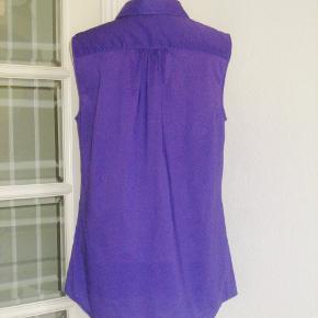 Størrelse: str. 12 UK  = str 40  Super flot tunika-skjorte fra Tommy Hilfinger. Materialet er lækker strygefri 100 % cotton. Kun brugt 1 gang, så den er fuldstændig SOM NY.  Brystvidde: max. 52 cm x 2 Livvidde: 56 cm x 2 Hofte: 63 cm x 2 Længde: 74 cm.  Ingen byt, og prisen er fast