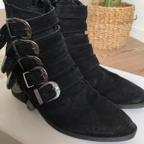 Buckle boots fra Pavement  Brugt få gange. Kun lidt slid i bunden, ellers fejler de ingenting!  De bliver selvfølgelig lige renset en ekstra gang inden afsendelse🌟  Kom gerne med bud