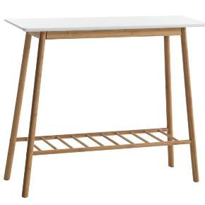Rigtig fint bambus entré eller plante bord. Det er ca et år gammel, og sælges pga af flytning.   Rigtig fin stand med en lille bund hylde.   Mål: B90 x H76 x D30 cm