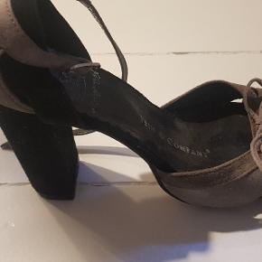 Sandaler med høj hæl fra First Company i sort og grå ruskind. De er brugte men i god stand.