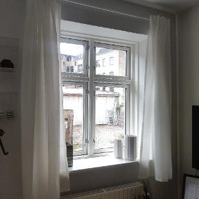 Gardiner til 2 stk vinduer - stang og stof fra Ikea.
