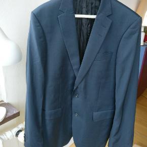 Tiger of Sweden jakkesæt, blazer samt buks, model N. Bates en klassisk model. Står uden fejl og mangler da det har hængt i skabet uden at være luftet. Ydre delen lavet i ren uld, det indvendige i viscose.  Str. 50 passer en en medium / large bedst. Mp 800