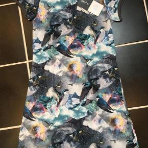 Varetype: Ny kjole Størrelse: 122-128 Farve: Se billede  Ny med mærke Bytter ikke  Mp 275pp over mobile pay og ellers ts gebyr