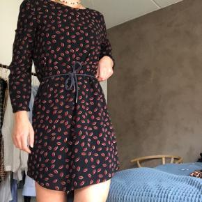 Fin kjole fra ukendt mærke. Bindebånd på maven💙   Du  kan hente i Aarhus C - Ceresbyen. Ellers sender jeg gennem trendsales' handelssystem💗  Sælger også:  - & Other Stories  - H&M  - Nike  - Zara  - Nue Notes  - Envii  - Vila  - Weekday - Monki - Rosemunde  - Day  - Levis  - Brandy Melville  - Topshop  - Just Female