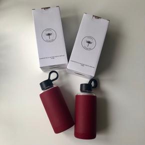"""Nordal """"Vandflaske"""" i glas & silikone sleeve i bordeaux. Flasken kan indeholde 473 ml. 🐙  Byd gerne både enten afhentes i Århus C eller sendes på købers regning 📮✉️"""
