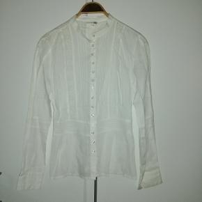 Smuk ny skjorte med isyet blonder i str 40