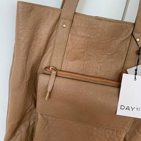 Smukkeste taske i læser i den fineste latte/nude farve. Lidt lysere i virkeligheden, end på billedet.   Bytter ikke.