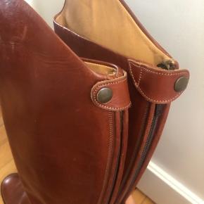 """Fede """"ridestøvler"""" i cognac-farve. Lynes bagved. Super seje til kjoler og nederdele. Brugt en enkelt gang."""