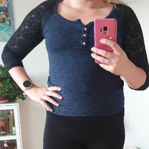 Jeg er ca. en størrelse M og 165 cm høj Brugt max. 2 gange. Super fin bluse med blonde ærmer.