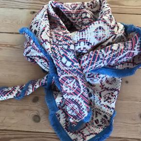 Super skønt tørklæde fra Pom Amsterdam.  Farverne er som billede et.  Brugt og vasket en enkelt gang.  Bytter ikke🌸