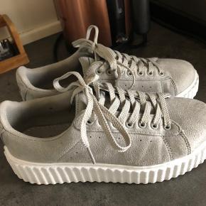 Sneakers fra Amust, kun brugt få gange indenfor. Kan afhentes i Århus eller Randers ☺️