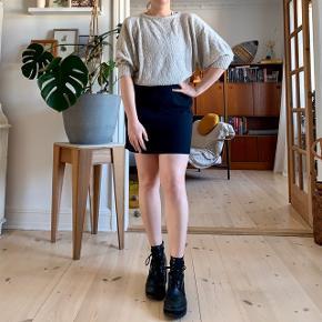 Vintage wool crepe mini skirt in navy 🧵🧵🧵