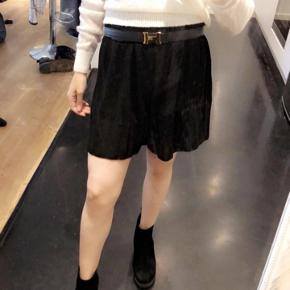 Shorts som dog ligner en nederdel. Passes af xs, small og medium på grund af stoffet (elastik) tilpasser den sig din form Den hvide trøje sælges også for 120 kr og er en str small  Skriv for mængde rabat