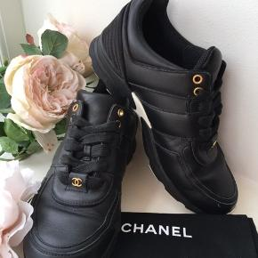 📍🖤CHANEL 🖤📍 Nedsat fra 2490 kr  Black leather sneakers , white rubber sole. Really nice Chanel sneakers with gold cc logo.  Black laced , used 3-4 times.  they have No damages, comes with dust bags and copy of the receipt. 2016.  Retail 5725 kr. SHIPPING INCLUDED ⭐️