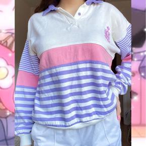 Virkelig sød trøje i flotte farver 🎀  Købt brugt men har ikke brugt den, fremstår pæn og ny. Der står ikke størrelse i men jeg bruger S og passer den