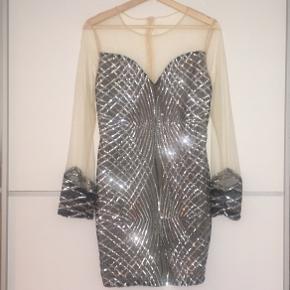 Super smuk kjole der desværre er lidt for stor til mig (er en s/m). Smukkeste palietter og mesh. Kjolen er bodycon og figursyet. Der er et hul i mesh-delen bagerst i nakken, jeg har forsøgt at tage et billede af. Aldrig brugt
