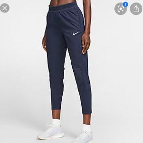 Rigtig lækre Nike løbebukser, som kun har været brugt få gange.