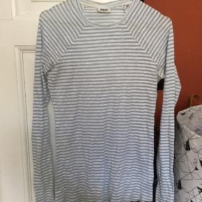 Sød langærmet t-shirt fra Weekday.  Har misfarvning i nakken. (Se billede)