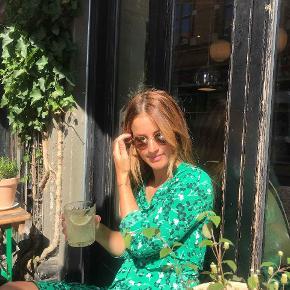 Fin slåom kjole fra Devier, købt i Samsøe Samsøe.  🌼 Str. xs 🌼 Fin stand 🌼 Sælges for 350 kr.