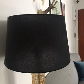 Sort lampeskærm - fejler intet og er som ny. Har en diameter på 40 cm (i bunden) og en højde på 25 cm