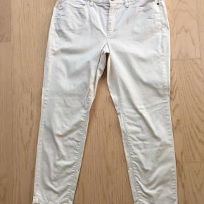 Brand: Cambio Varetype: Bukser Farve: Hvid Oprindelig købspris: 1400 kr.  Smart 7/8 del 5 lommet model buks med lynlås nederst bagpå på læg.  Materiale: 97%bomuld og 3%elastan