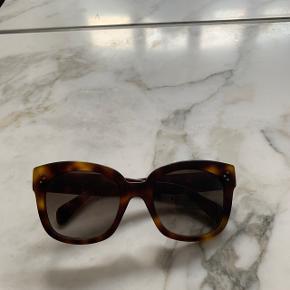Celine solbriller sælges - glasset er meget ridset men måske man kan få dem skiftet :)  Kan afhentes i København K inden d. 1. September