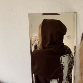 Vintage champion hoodie. Den har noget sort omme på ryggen, den er købt sådan.  Røgfrit hjem