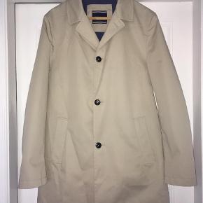 Varetype: Frakke Farve: Beige Prisen angivet er inklusiv forsendelse.  Str 56, brugt to gange - fremstår som ny, skal blot stryges/presses. Den er cirka 90vm lang fra skulder og ned.