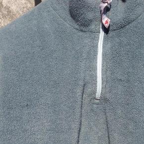 Windbreaker/fleece fra Fablefant i str. 8 år i stålblå  Super fed windbreaker med look af ridderrustning. der er ovenikøbet plads til sværdet i stroppen på siden. Der er fleece yderst og med nylonforet bliver den dejlig vindtæt. Der er to steder foran hvor fleecen ser ud som om den er blevet revet, men ikke noget der betyder noget. Pris: 50 kr. pp