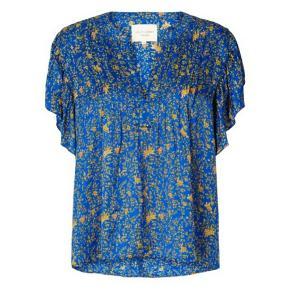 Smuk bluse/ top fra Lollys Laundry, 100% viskose. Farve: Neon blå. Den er i str. M.   Brystmål 50.cm. x 2. Ubrugt, kun vasket og stryget en gang fra ny af. 👉 De sidste 2 billeder har jeg selv taget derhjemme i dag.