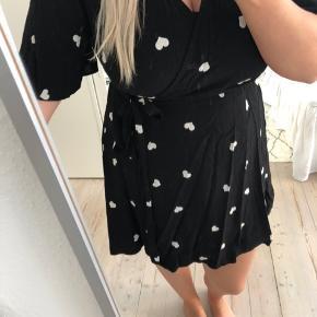 Slå om kjole fra New Look, sort med hjerter, passes af s/m - jeg sender gerne :-)