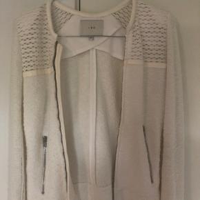 """SÆLGER min hvide/råhvide IRO jakke med læderdetaljer. Jakken er en fransk størrelse 34. Købt for nogle år tilbage men maks brugt 5 gange - derfor rigtig fin stand. Købt i """"Christels"""" til 2595 kr. Kvittering haves ikke.   BYD!!!"""