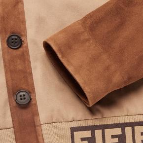 Helt ny Fendi suede bomber jakke i str. 50, perfekt til foråret.   Den har kun været prøvet på, er stadig med mærker og kommer i original Fendi garment bag.   Nypris 14.700 kr.  **Skriv for flere billeder**