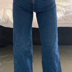 """Populære Monki jeans i modellen """"YOKO"""".✨ Str w:26 L:30 Sidder super godt!!  Sælges da de ikke bliver brugt så meget som ønsket.💕 I er velkommen til at byde.💜"""