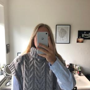Eftertragtet Zara vest med turtelneck i grå. Fitter oversize.  Man må gerne byde