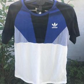 Flot Adidas T-shirt fra deres Archive Series i str 42 Byd gerne