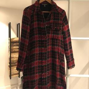 Fin, knælang boucle jakke / cardigan fra ZARA (TRF Outerwear). Har selv anvendt indendørs - det er den mere til 😉 Brugt en enkelt gang - så i super stand.
