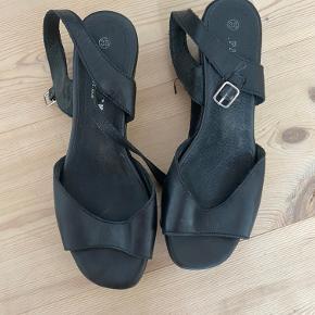 Flotte sandaler med kilehæl.