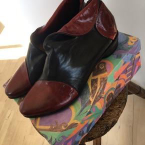 Superfede støvlet sko fra italienske Roby&Pier, sort med rød , fantastisk facon der sidder så flot på foden. Helt nye med prismærker
