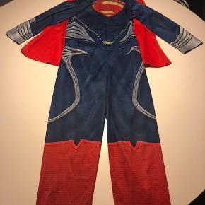 Superman udklædning str 5-6 svarende til 110-116  Brugt men fejler ikke noget.  Kommer fra dyrefrit og røgfrit hjem.  Sender gerne hvis køber betaler portoen, ellers kan den afhentes på adressen, 6710 efter aftale.